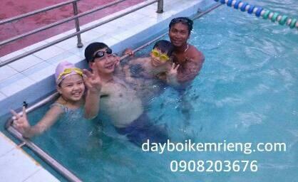 anh Trung thượng tá cảnh sát đường biên cùng 2 con học bơi thầy Lộc| dayboikemrieng.com