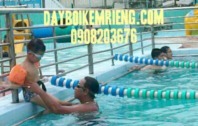 Thầy Lộc đang dụ bé xuống bơi
