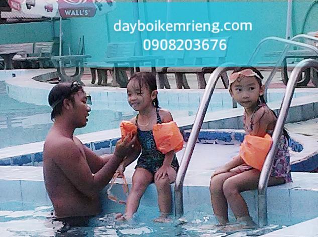 Dạy bơi cho bé
