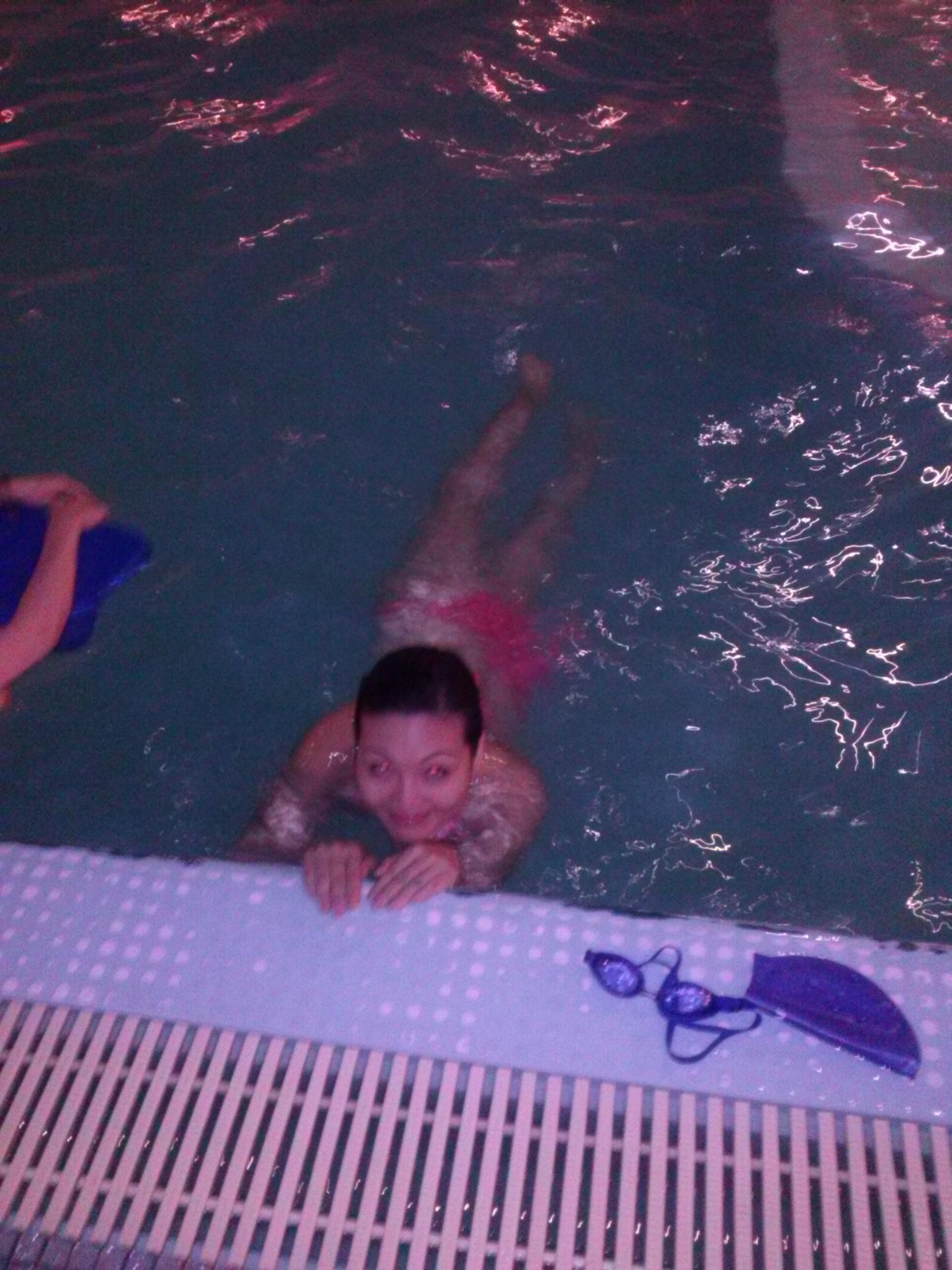 Chị Nhung học bơi