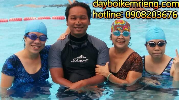 cô giáo trường HOÀNG LÊ KHA  học bơi thầy LỘC giáo viên phụ trách dạy bơi