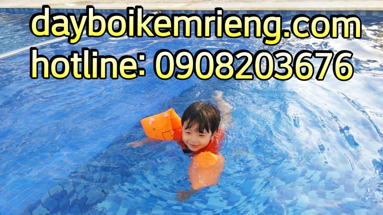 học viên nhí học bơi